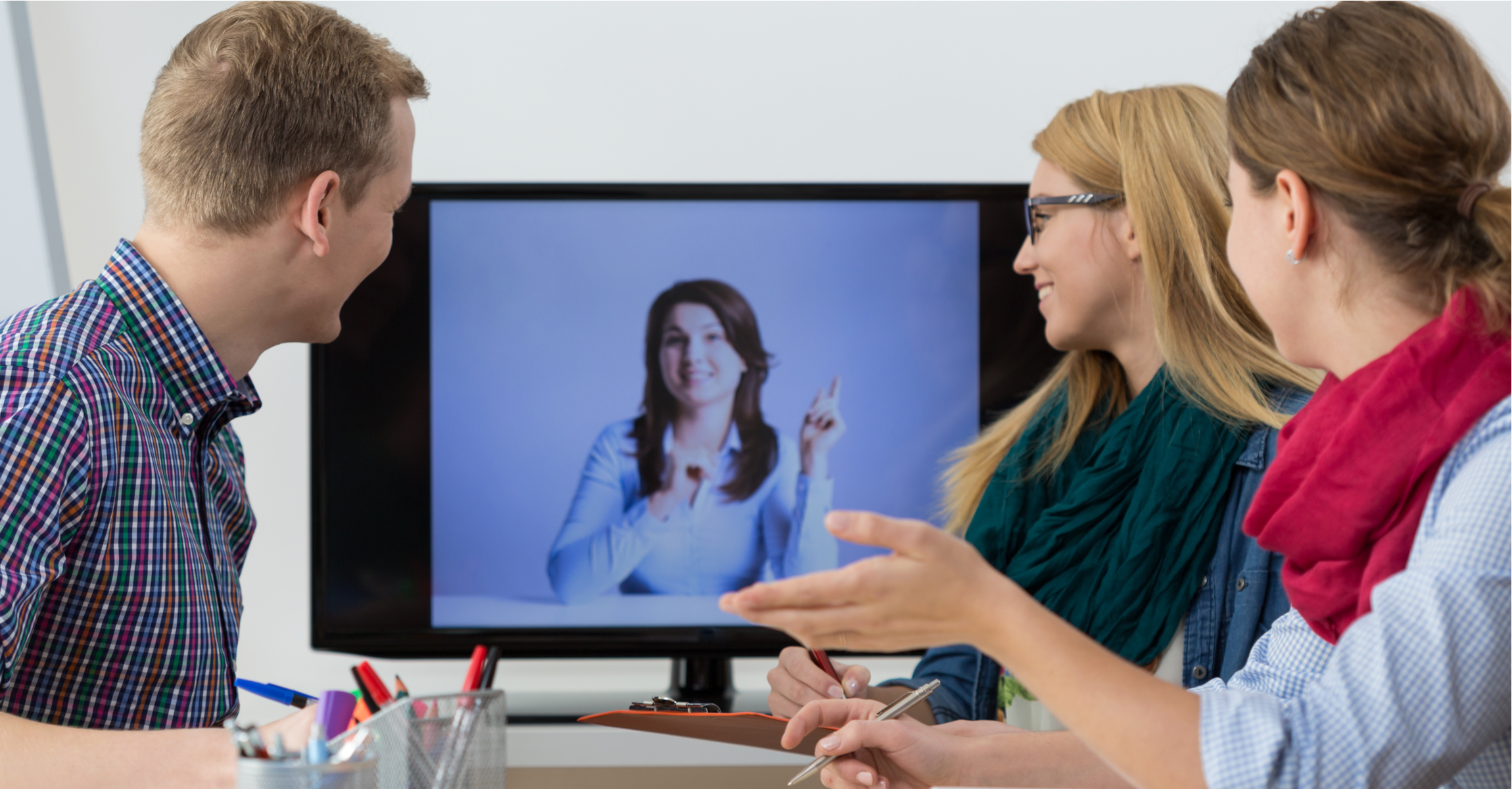 VIDEO_CONFERENCING_PEOPLE_LOOKING_AT_SCREEN